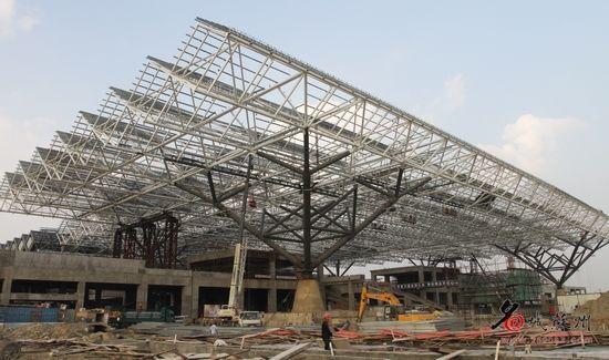目前已开始对一共14榀钢屋架进行顶盖安装