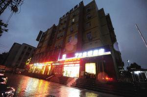南京社区干部带5男2女开房被拒 暴打女服务员