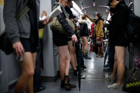 内裤地铁日老外上海地铁当众脱裤