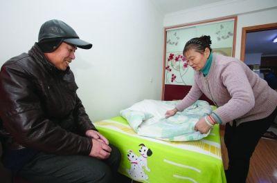 南京女子打几份工照顾智障小叔子42年 无怨无