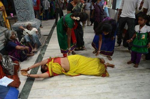 诡异奇俗印度妇女街头翻滚祈求好姻缘(组图)