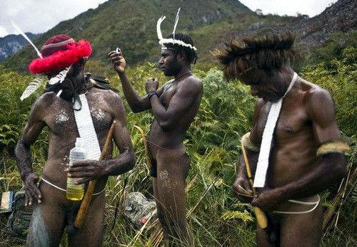 住在高树茹毛饮血探秘印尼食人族(组图)