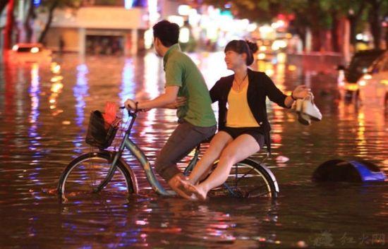大雨中的小情侣
