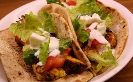 """迪拜:1美元可以买到1份特色美食贾巴·阿诺尔""""沙瓦玛卷肉饼(""""Jabal Al Noor""""shawarma)"""