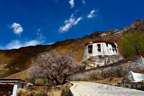 拉萨北郊的帕邦喀曾是文成公主和松赞干布居住过的地方,他们俩的房子能相互对望(孙崇明摄)