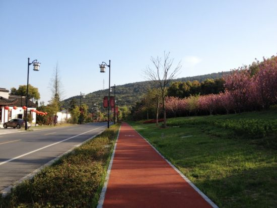 山脚下的自行车道