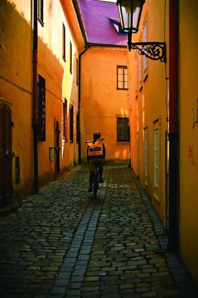 穿梭在布拉格老街区的快递员