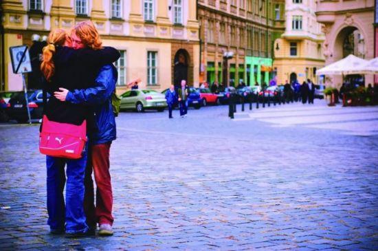 泰恩广场犹豫的分手拥抱