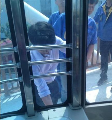 弘扬广场摩天轮落地时门不能正常打开