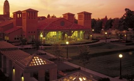 斯坦福大学静谧的校园夜景