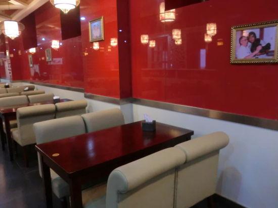 9台北老巷餐厅墙壁上挂着向云鹏年轻时的剧照