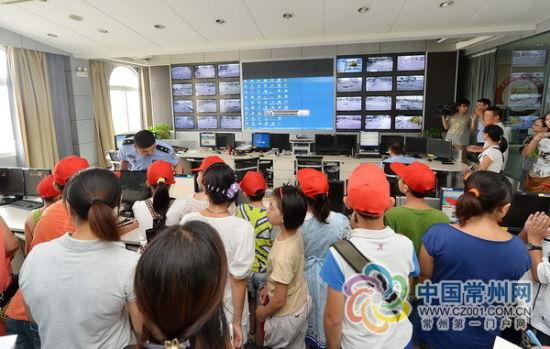民警边看屏幕,边通过网络远程指挥全市交通.   恐龙园门前的监控探