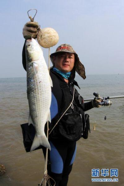 当日,2013全国海钓邀请赛在江苏赣榆县秦山岛开赛,来自山东,江苏