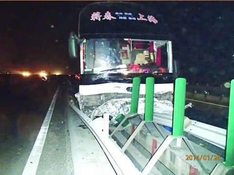 大客车横穿高速骑上护栏 幸亏车上没乘客
