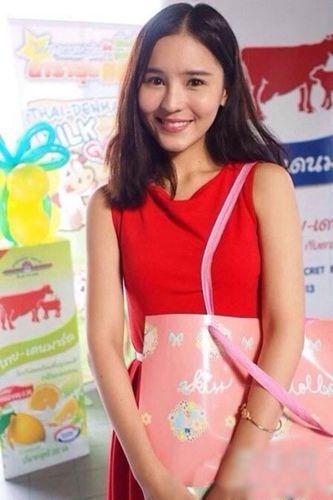 李海娜身穿红色连衣裙