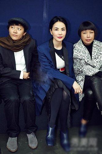 穿过人群王菲快步进入秀场,坐在《VOGUE》中国版编辑总监张宇的身旁。
