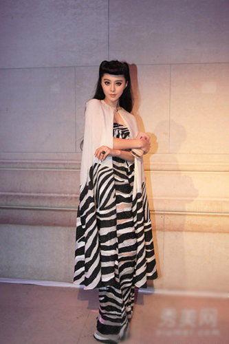 简单的黑白色,白色披肩搭配斑马纹连体衣,复古的设计