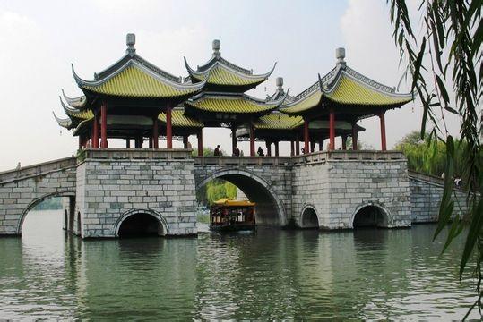 """邗江区汊河街道建华村村民将五亭桥、二十四桥""""搬""""到家门口了."""
