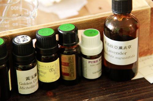 桌子上摆放的一些精油,因为是高挥发的化学品都是棕色的小瓶子