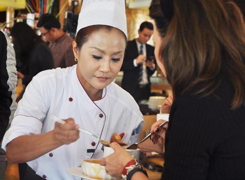泰国名厨与嘉宾分享烹饪调料经验
