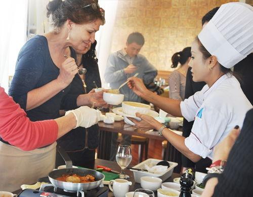 嘉宾品尝泰国名厨烹饪的美食