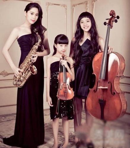 左一是大姐欧阳妮妮,中间的是小妹妹欧阳娣娣