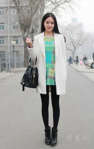 乳白色西装外套内搭薄荷绿格子连衣裙