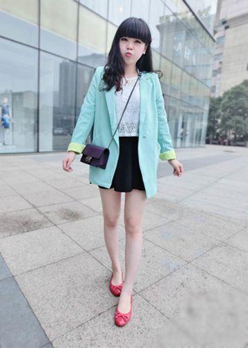 薄荷绿西装外套内搭白色蕾丝衫