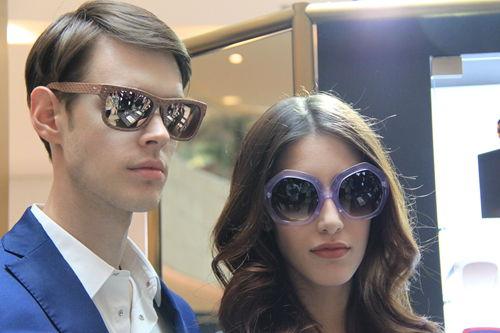 模特现场展示眼镜