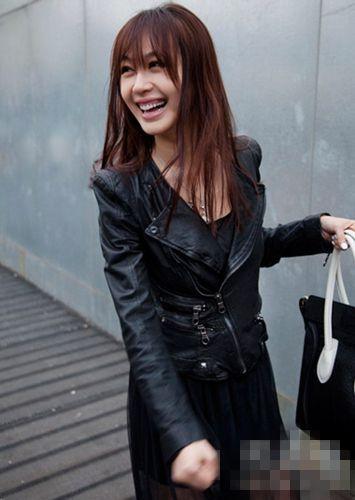 长发搭配皮衣顿时有一种御姐气质,黑纱长裙更显性感魅力.图片