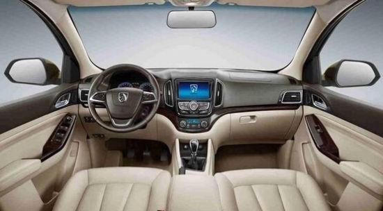 内饰方面,宝骏730标配可调方向盘,前排扶手箱,后排空调出风口,带
