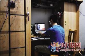 昨日,沙坪坝某大学宿舍,刘明在网上试着查找与骗子之间的交易记录