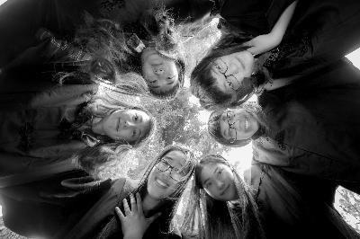 六姐妹在本科毕业当天身穿学士服合影 摄/法制晚报记者 张丽