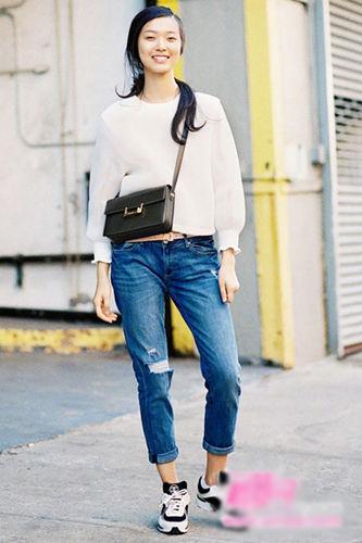 简约白色套头衫注重袖口荷叶边的精致细节
