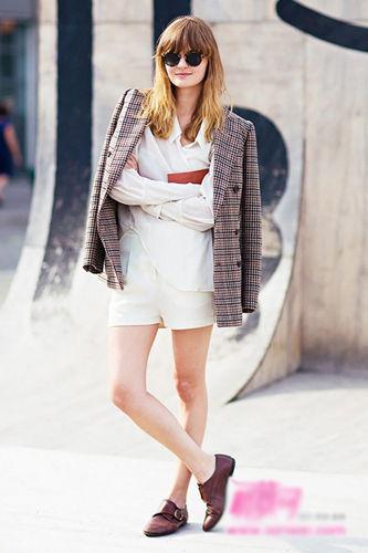 格纹西装外套内搭白衬衫复古怀旧