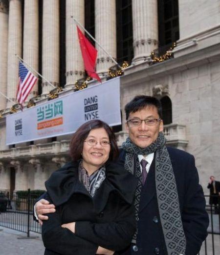 2010年的纽约,寒气逼人。李国庆和夫人俞渝在纽交所门前幸福留影。