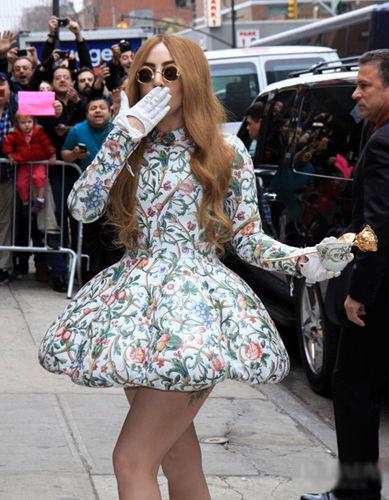 手里的瓷杯印花都要和裙子上的印花相呼应
