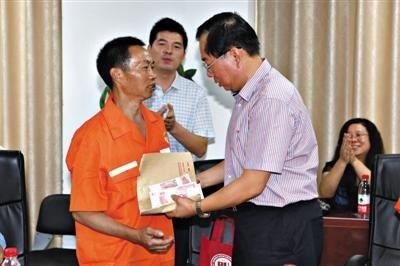 昨日上午,帮助找回法学教授李希慧的环卫工刘小军领取了校方发放的5万元奖金。记者 高玮 摄
