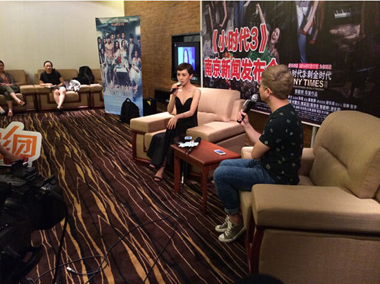 郭采洁正在接受采访