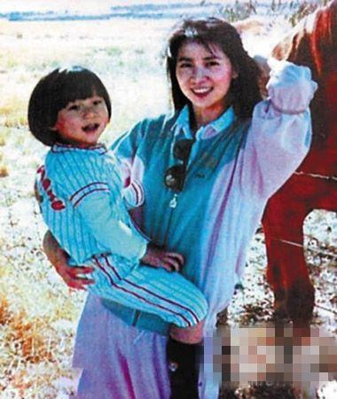 1982年,林凤娇就因与成龙注册结婚而退出影坛