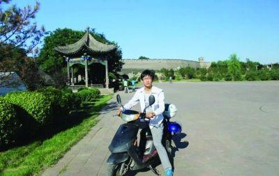 南师大男生顾豪骑摩托环游中国。