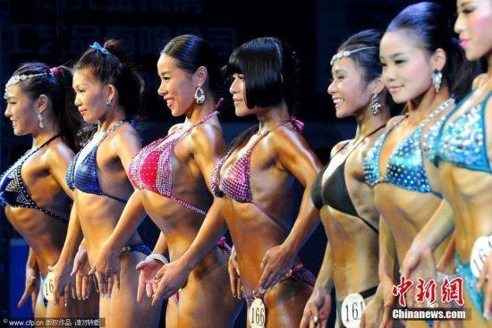 现场参赛的女大学生们变身肌肉萝莉,激情性感。