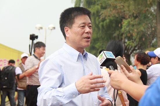 大世界基尼斯首席运营官陈海龙接受记者采访
