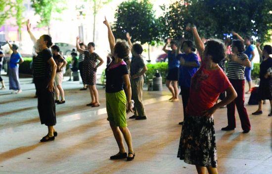 一提到广场舞,眼前难免会浮现出一群身影欢动的大妈,耳边也会响起那一首首萦绕不去的神曲。然而,这种中国独有的休闲方式,却给城市管理者出了一道难题,南京也不例外。昨天召开的南京市旅游委再干两百天专项活动通报会上,现代快报记者获悉,为了能让大妈们和游客以及周边居民和谐共 处,南京市旅游委、城管、环保等部门正在起草上报市政府的建议报告,拟在一批免费公园甚至全市范围内划定广场舞区域,并限定音量。