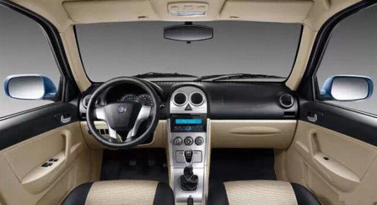 2015款自由舰采用了黑/米色搭配内饰,并配备全新造型的仪表台。另外,其中控台造型的变化也非常明显,整体看上去更为简洁。配置方面,新车配备了ABS+EBD、双气囊、倒车雷达、带MP3功能的CD播放器等。 新浪咨询热线:18913528605 新浪团购QQ群: