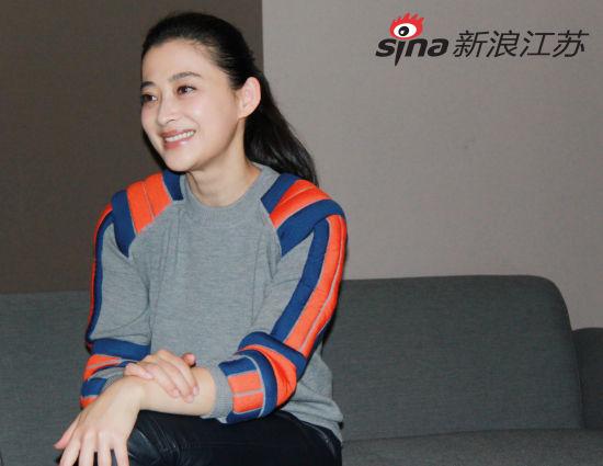 演员梅婷正在接受采访