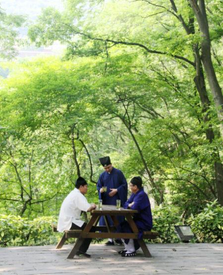茅山的道长们在品春茶
