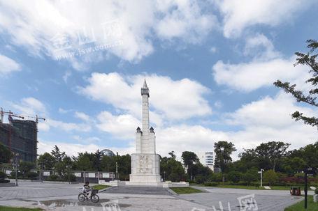 台风过境后,镇江上空昨天出现好天气.图为蓝天白云下的中山广场