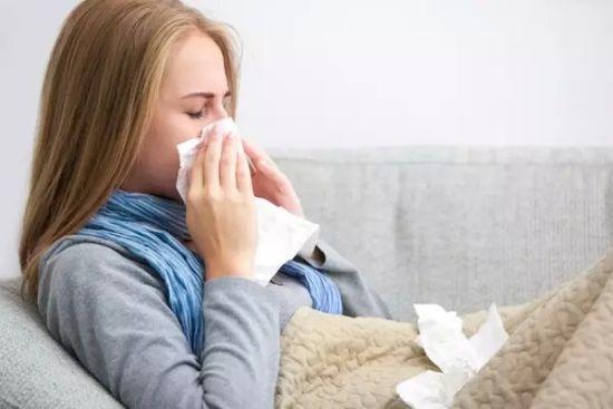 普通感冒出现的打喷嚏,流涕,咳嗽,发烧等症状,轻者持续三五天,重者