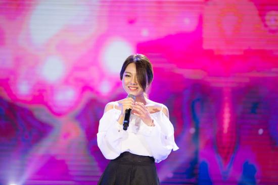 最后出场的Yun Bitnara是一位在韩国有着超高人气的OST女歌手。她带来的《Like A Good Boy》与《I Love U》两首歌,都是以爱为由的舒缓情歌,在现场柔美的灯光衬托下,甜美细腻的歌声沁人心脾。   ZERO-G险胜周深获冠 全媒体整合效果完美   粉丝打榜应援结束,第四次打榜的榜单冠军揭晓。ZERO-G在与周深与High4的竞争异常激烈,最终ZERO-G在第四期周榜冠军争夺中以微弱优势险胜,周深与High4分获二三名。这次打榜促成的中韩范围内多个实力歌手碰撞超出想象,理所应当